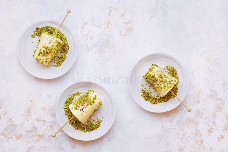 豆蔻果实和开心果kulfi,印度冰淇淋 图库摄影