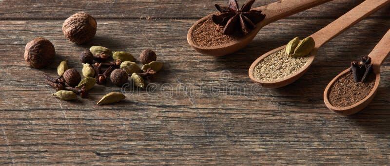 豆蔻果实,丁香,肉豆蔻,八角,多香果 不同的类型 免版税图库摄影