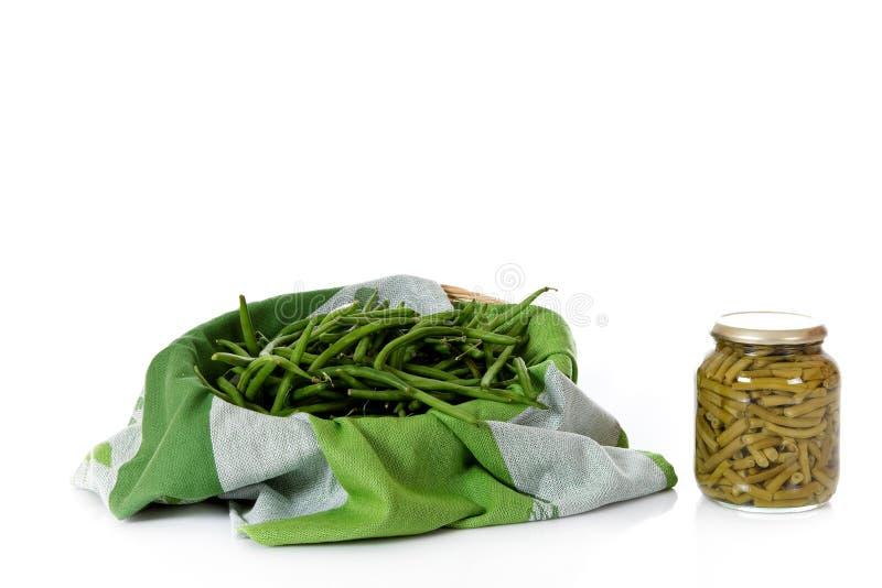 豆装新绿色于罐中与 库存图片