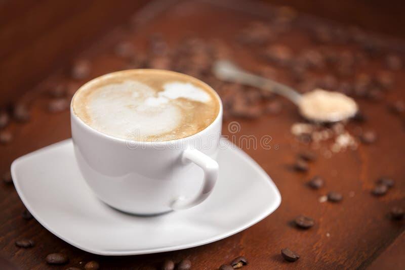 豆额外新近地酿造了蛋糕咖啡作用酥皮点心分散的选择 免版税库存照片