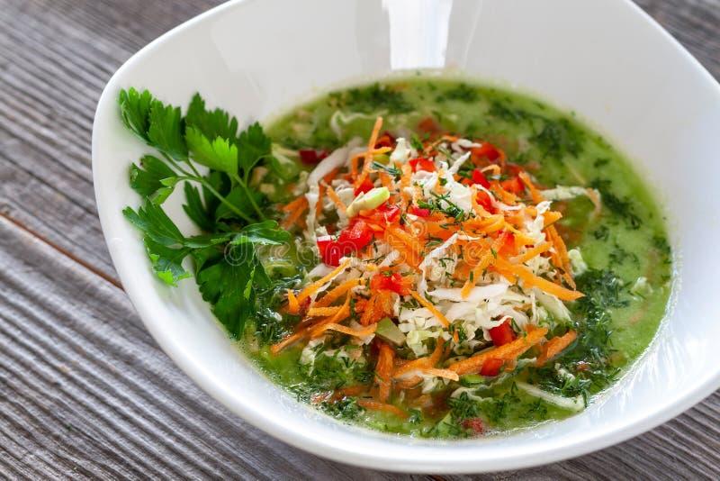 豆黄瓜断送素食新鲜的油煎的骨髓的蕃茄 素食主义者由中国cabb做的嫩卷心菜汤 图库摄影
