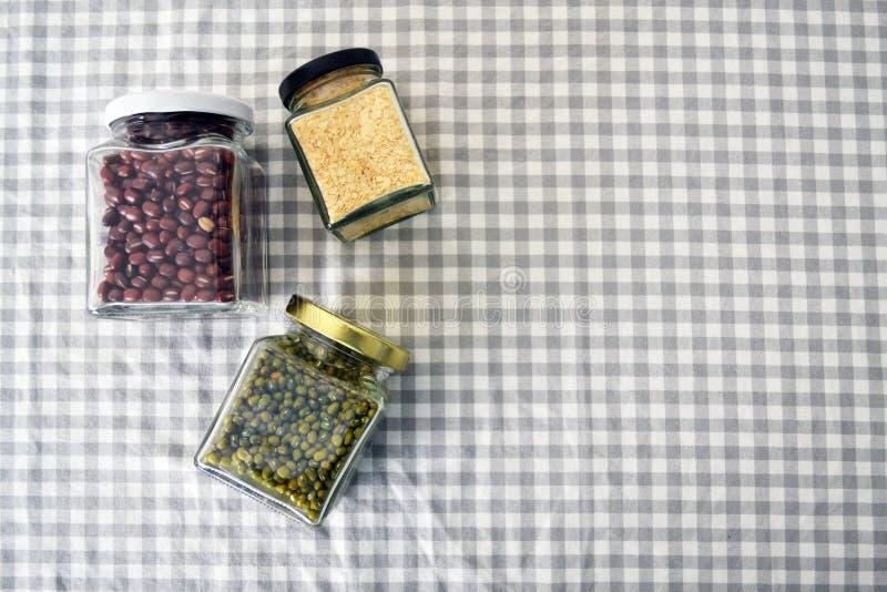 豆&五谷在方形的玻璃瓶子 免版税库存图片