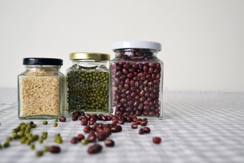 豆&五谷在方形的玻璃瓶子 库存图片