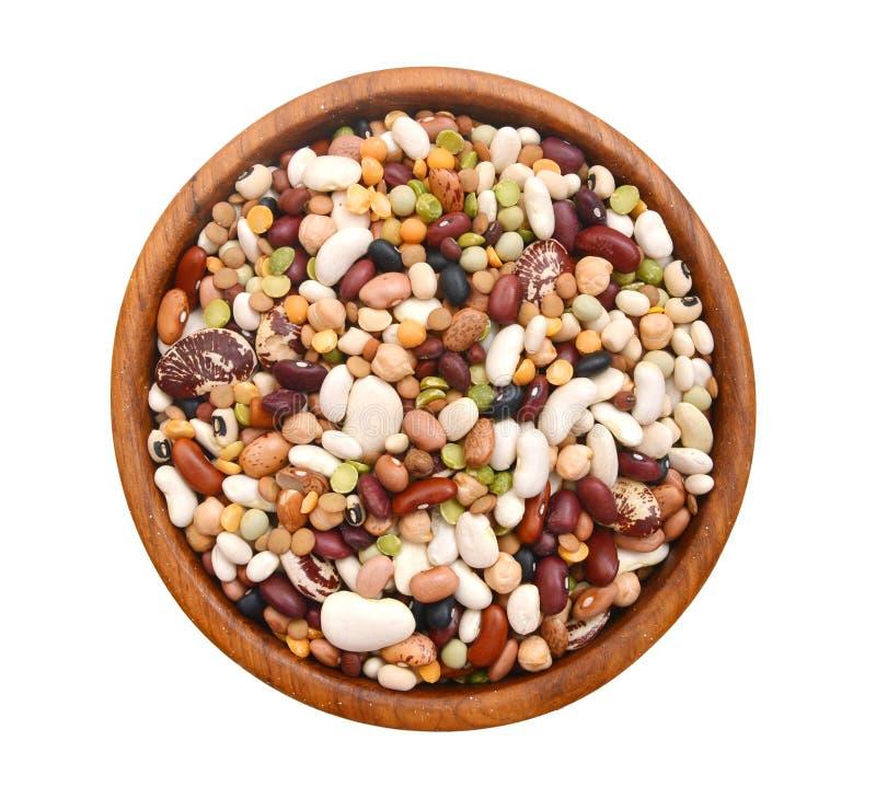 豆类混合物在木碗的 库存图片