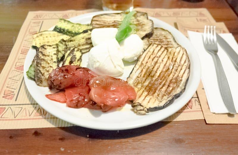 豆黄瓜断送素食新鲜的油煎的骨髓的蕃茄 库存照片