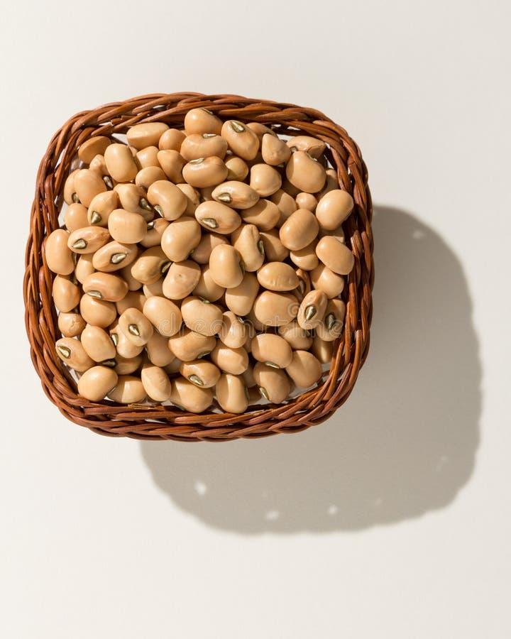 豇豆豆类 与五谷的柳条筐 顶视图,坚硬光 库存照片