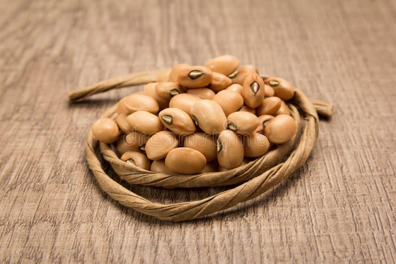 豇豆豆类 在五谷附近的纸绳索 选择聚焦 库存照片