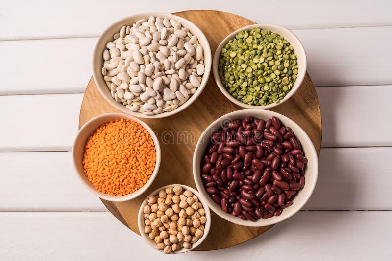 豌豆、扁豆、豆和豆类的分类顶视图在白色木背景 免版税库存照片
