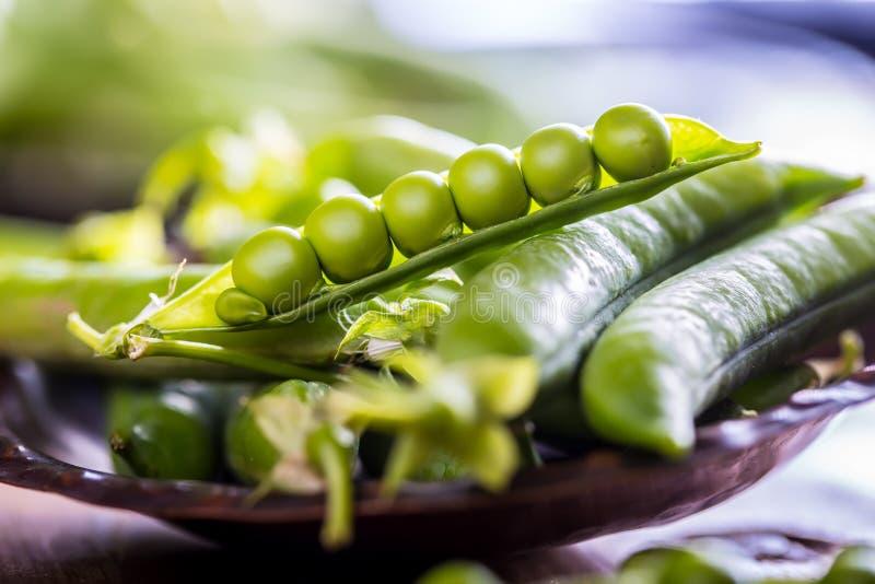 豌豆 背景项目符号绿豆荚白色 新鲜的自创豌豆