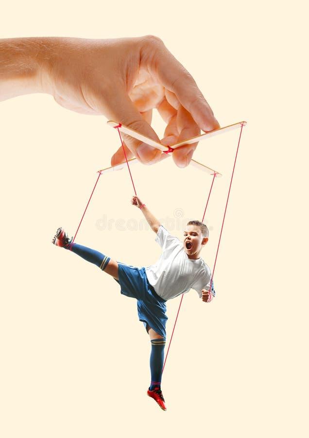 象一个木偶的人在somebodies手上 E 免版税库存图片