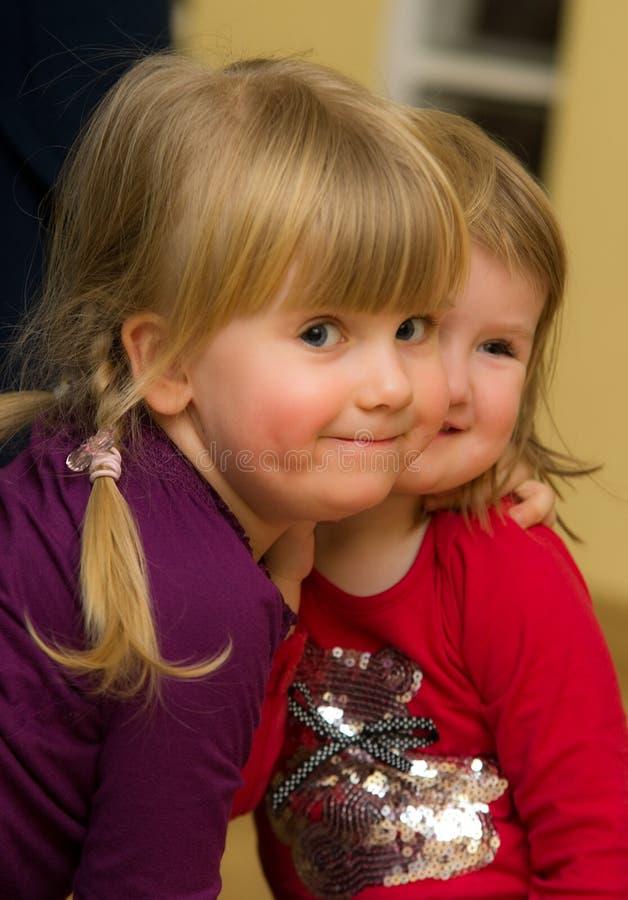 二个逗人喜爱的女孩画象   图库摄影