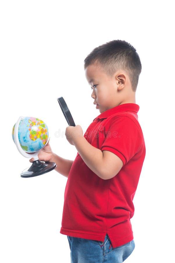 画象亚裔孩子在他的手上的拿着地球地球地图 库存图片
