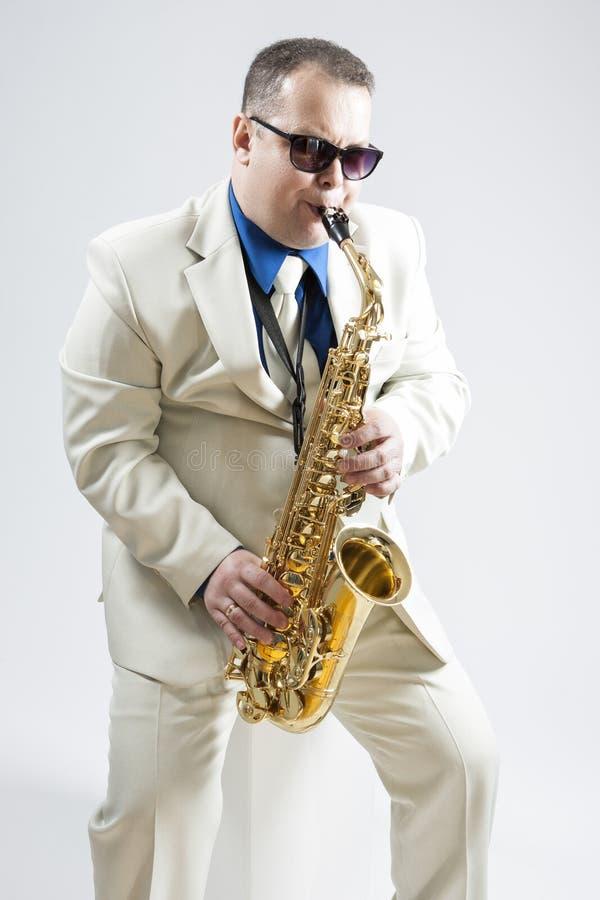 画象传神时髦白种人萨克管演奏员执行 免版税库存图片