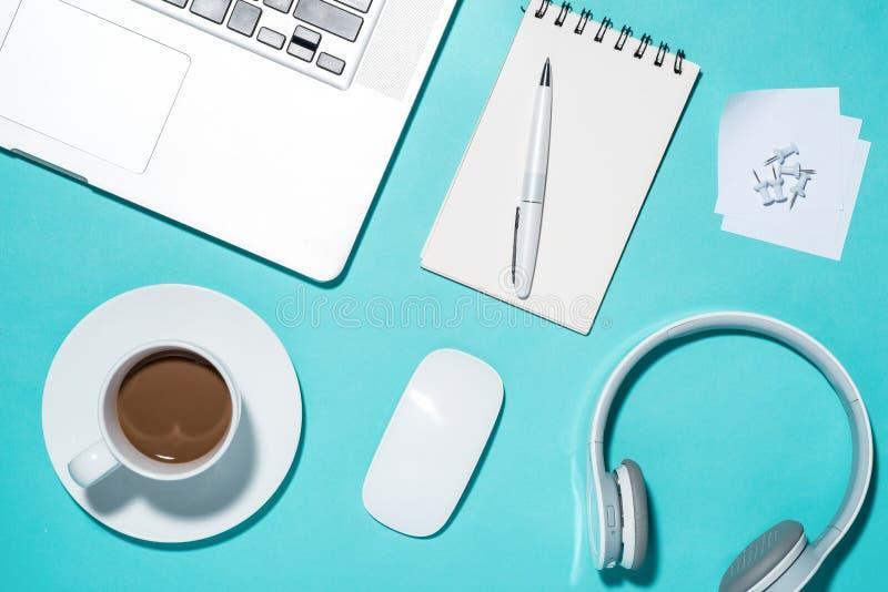 象办公室汤用品的夹子 在被打开的笔记本,笔,耳机, la的顶视图 库存图片
