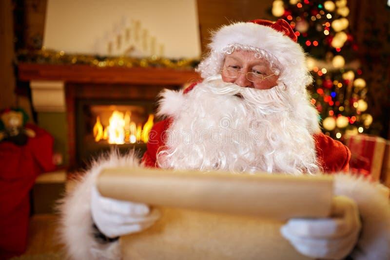 画象圣诞老人开会和读书孩子祝愿Chr 图库摄影