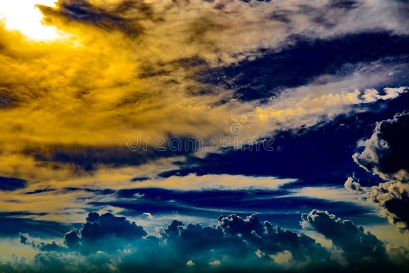 象天堂的抽象剧烈的云彩日落或平衡时间的 库存图片