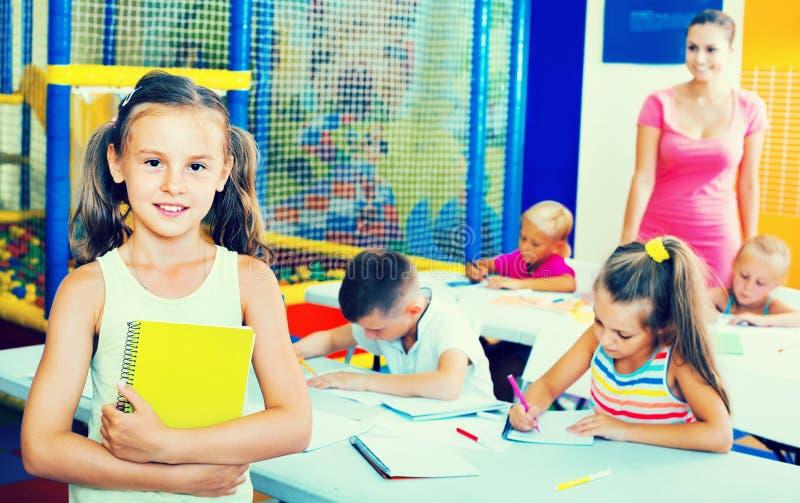 画象学习在学校课程的学生女孩 库存照片