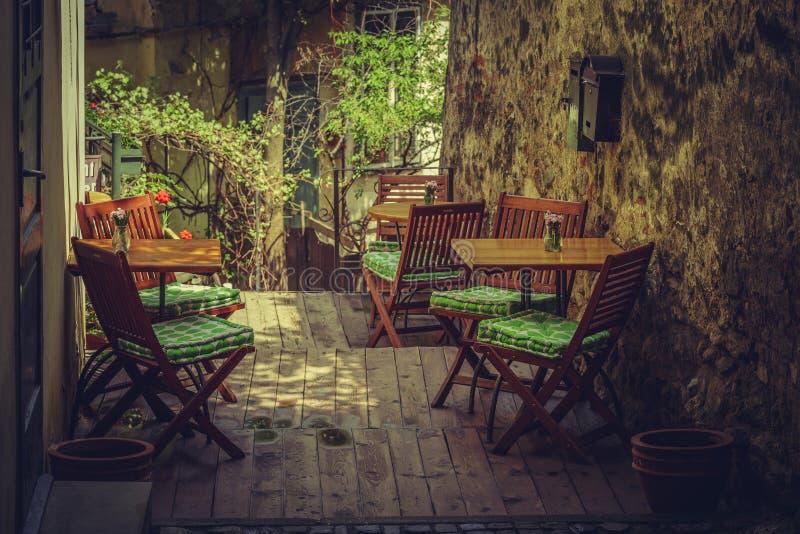 象家一样的室外咖啡馆大阳台 免版税库存照片