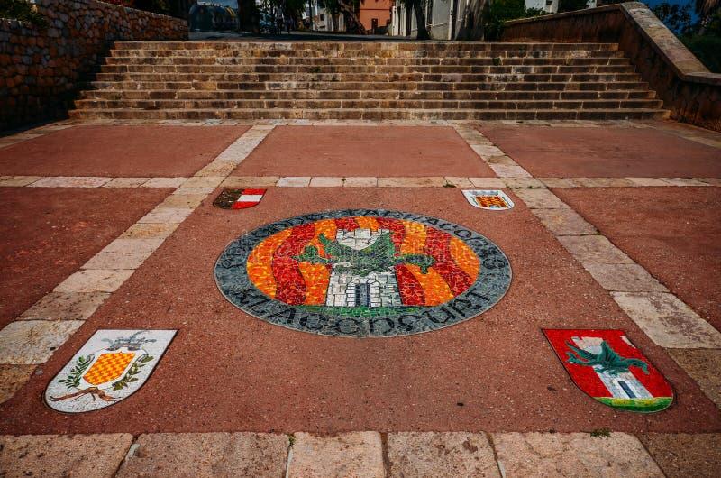 象征在地面上的马赛克在塔拉贡纳,卡塔龙尼亚,西班牙的历史的中心 库存图片