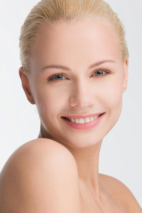 画象微笑的美丽白肤金发,隔绝在白色 免版税库存照片