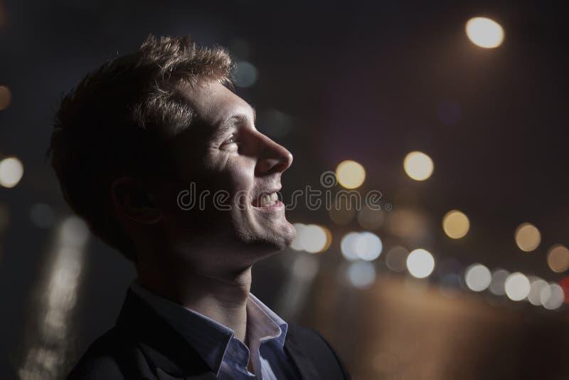 画象微笑的年轻人,外形,明亮轻发光在面孔,演播室射击 库存图片