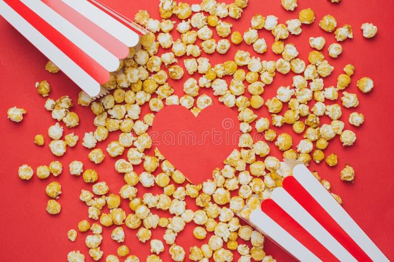 象心脏和玉米花在一张红色背景顶视图 免版税库存图片