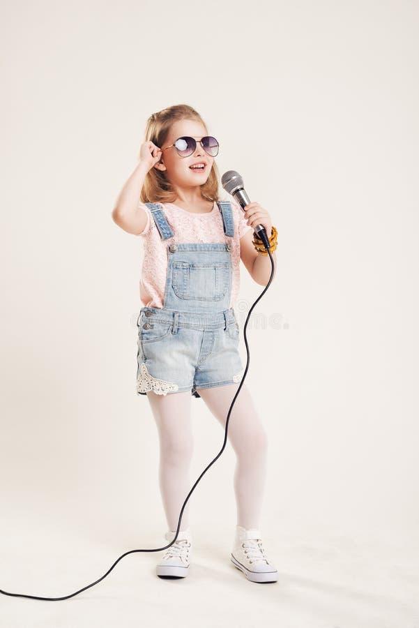 画象快乐的唱歌的女孩 免版税库存照片