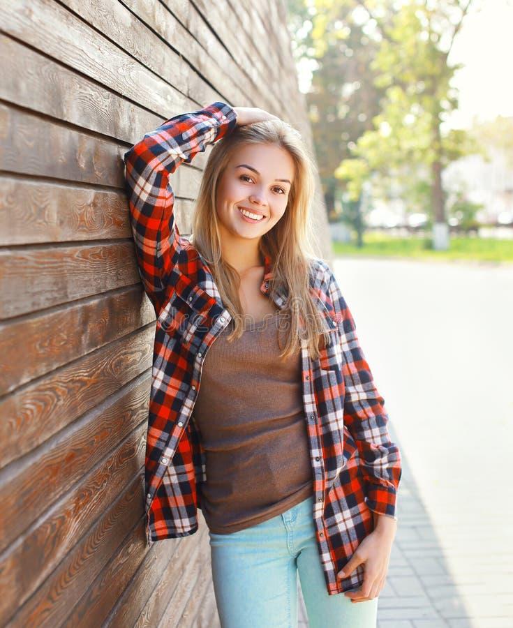 画象愉快微笑的少妇佩带便衣 免版税图库摄影
