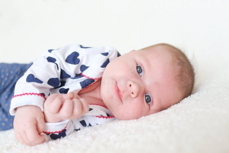 画象愉快的蓝眼睛的女婴(1个月) 免版税库存图片