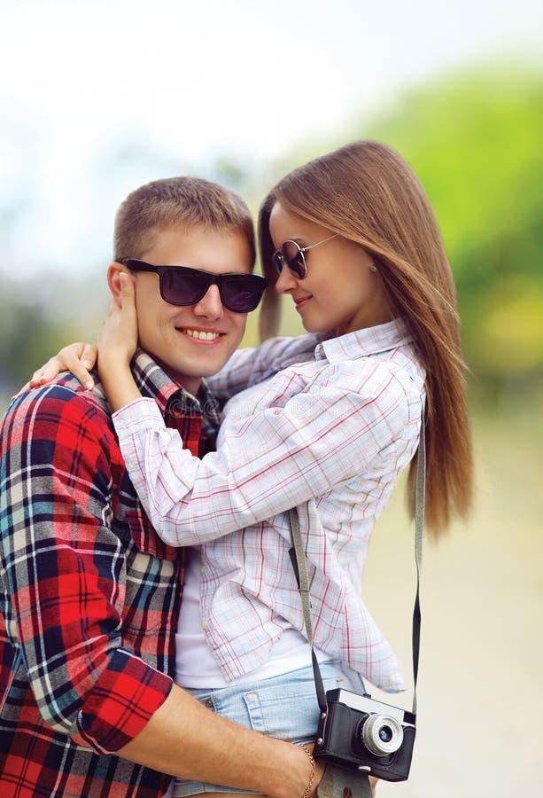 画象愉快的年轻夫妇在爱夏天,佩带的太阳镜,获得乐趣 库存照片