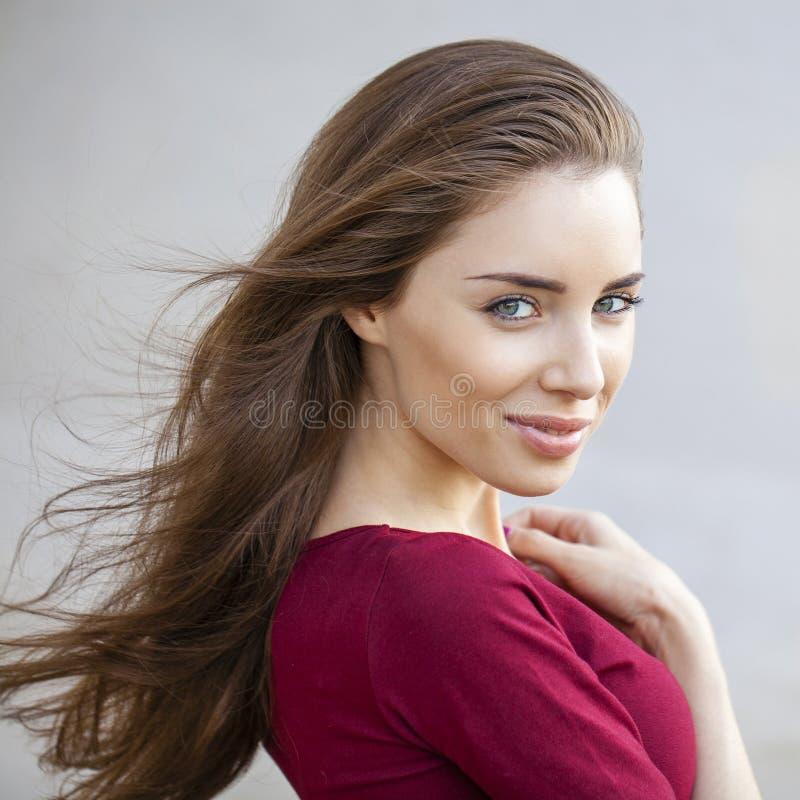 画象接近年轻美丽的深色的妇女 免版税库存图片
