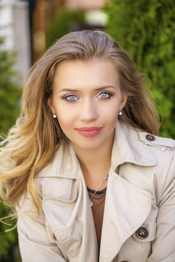 Download 画象接近年轻美丽的白肤金发的妇女,背景的 库存照片. 图片 包括有 眼睛, 礼服, 欧洲, 灰色, 生活方式 - 62538710