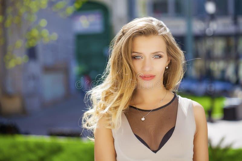 Download 画象接近年轻美丽的白肤金发的妇女,背景的 库存图片. 图片 包括有 beautifuler, 表面, 人力 - 62538815