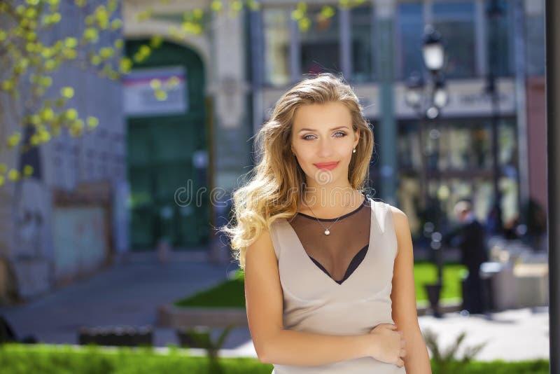 Download 画象接近年轻美丽的白肤金发的妇女,背景的 库存图片. 图片 包括有 典雅, 表示, 蓝色, 愉快, 方式 - 62538861