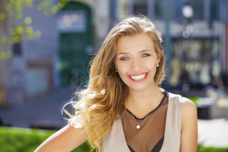 Download 画象接近年轻美丽的白肤金发的妇女,背景的 库存照片. 图片 包括有 beautifuler, 礼服, 生活 - 62538918