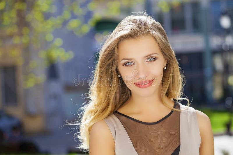 Download 画象接近年轻美丽的白肤金发的妇女,背景的 库存照片. 图片 包括有 人力, 有吸引力的, 头发, 愉快, 生活方式 - 62538942