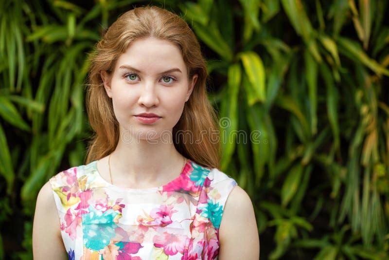 画象接近年轻美丽的白肤金发的妇女 免版税库存照片