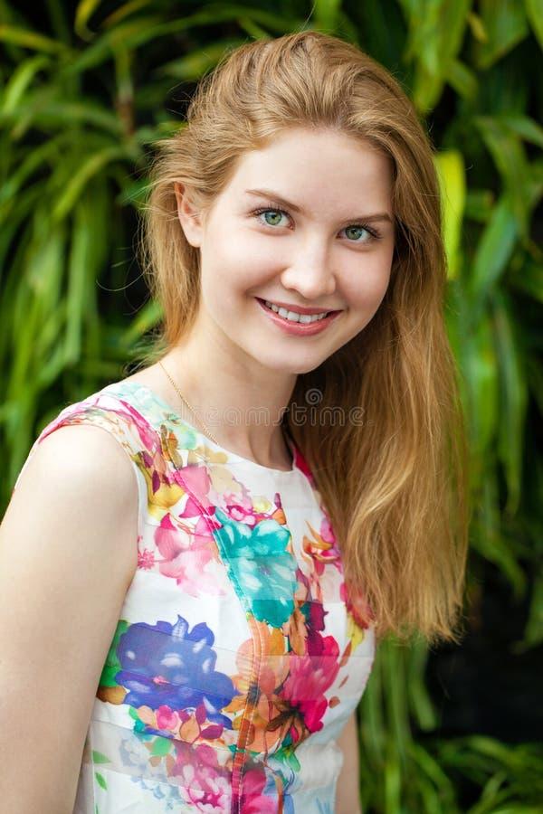 画象接近年轻美丽的白肤金发的妇女 免版税库存图片