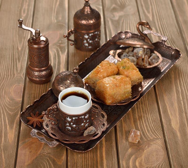 象服务的小的土耳其水的cezve咖啡冷浓咖啡玻璃 免版税库存图片