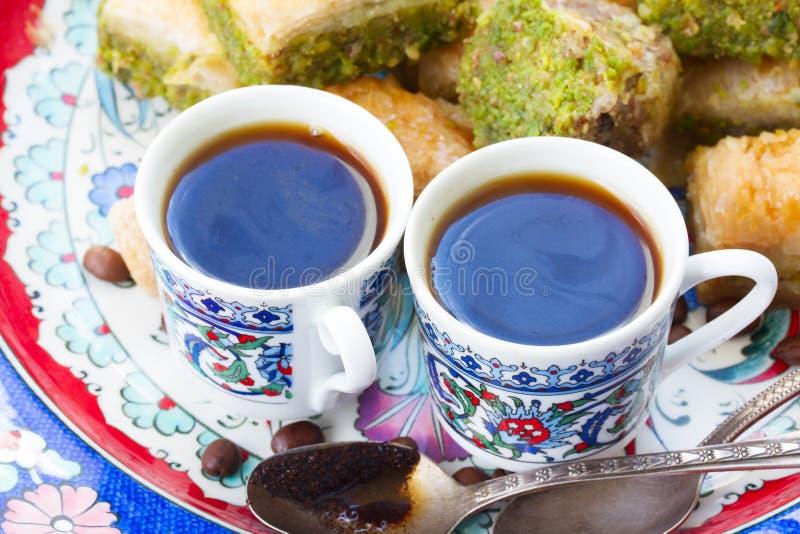 象服务的小的土耳其水的cezve咖啡冷浓咖啡玻璃 免版税库存照片