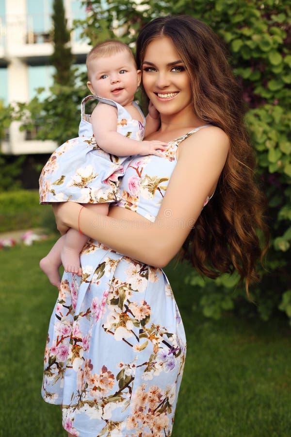 象母亲喜欢女儿 在相似的礼服的美丽的家庭 免版税图库摄影