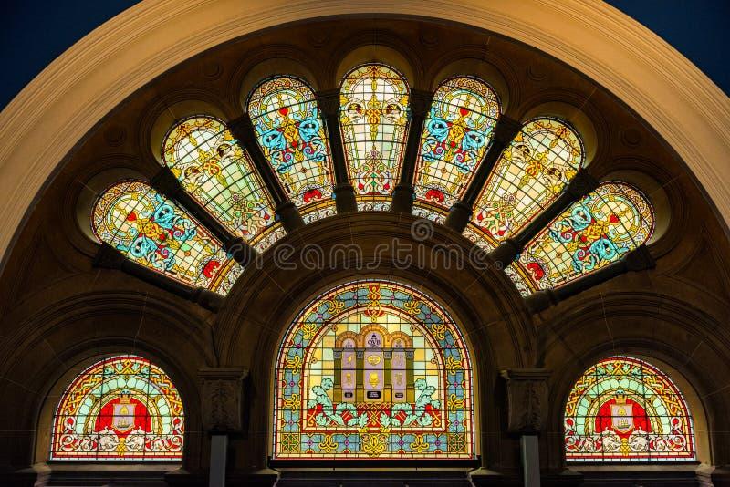 象污点玻璃窗的装饰大教堂 库存图片