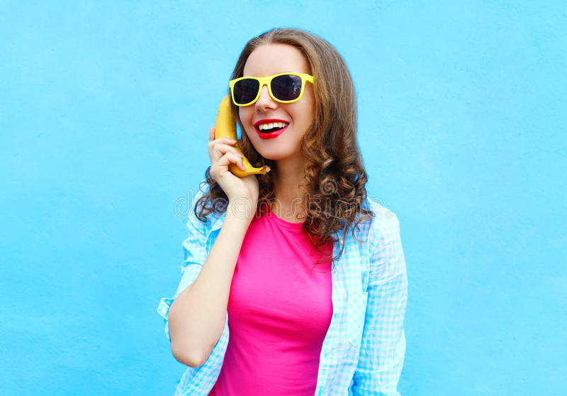 画象相当凉快的微笑的妇女用获得的香蕉乐趣 免版税库存照片