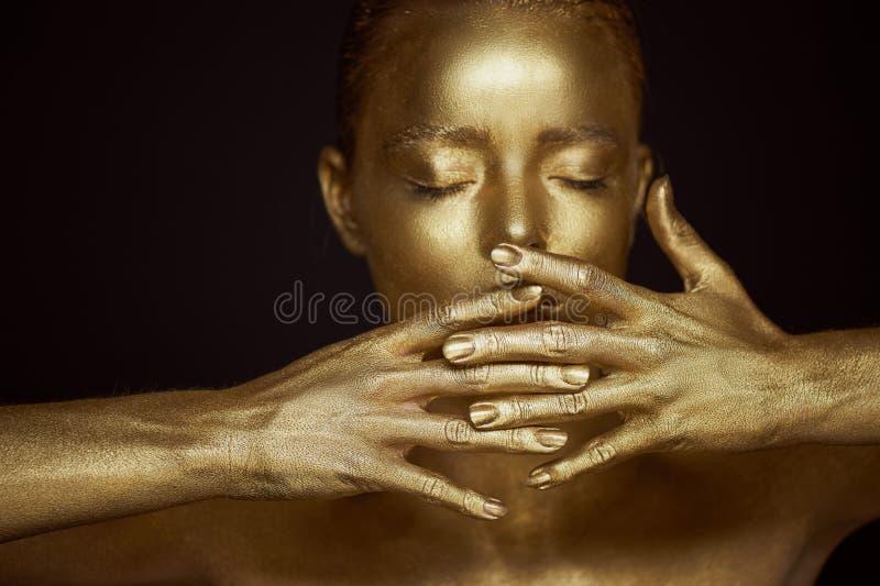 画象精神的金黄女孩,在面孔附近的手 非常精美和女性 眼睛是闭合的 框架梯度递没有 免版税库存图片