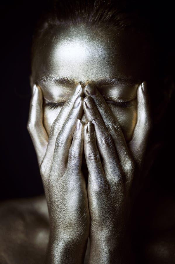 画象精神的银色女孩,在面孔附近的手 非常精美和女性 眼睛是闭合的 库存图片