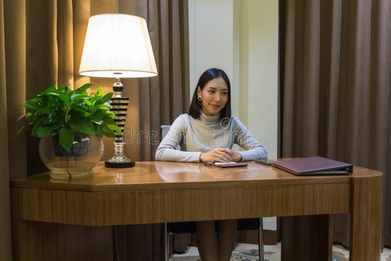 象职业妇女的亚裔女孩,得到在她的书桌上的一次采访 免版税库存照片
