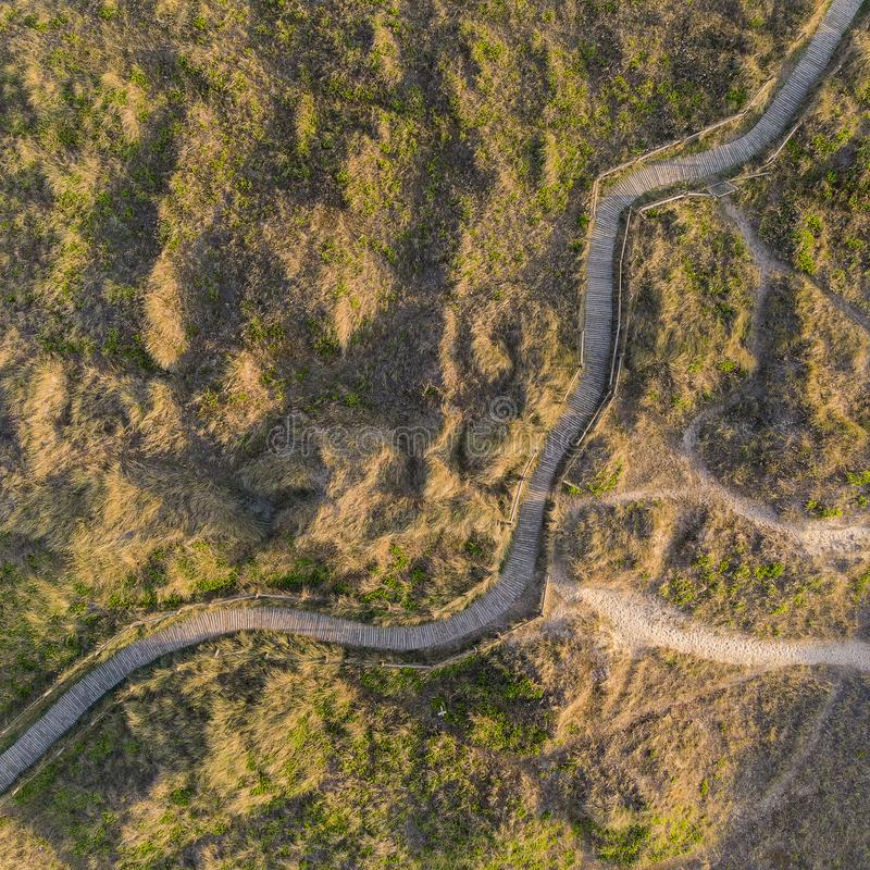 象草的沙丘寄生虫概略的鸟瞰图在海滩风景的在英国海岸的日出 免版税库存照片
