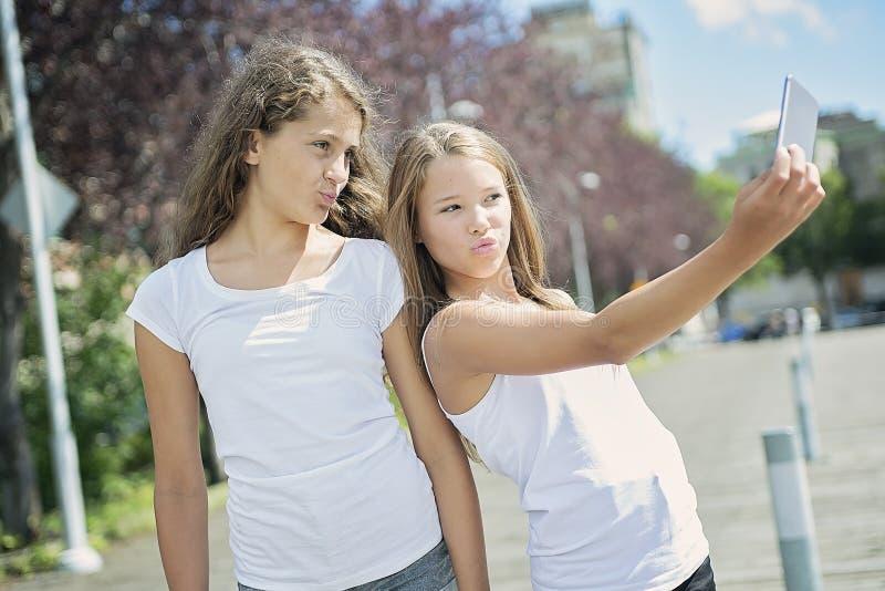 画象获得姐妹青少年的外部乐趣 库存图片