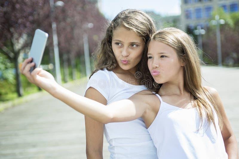 画象获得姐妹青少年的外部乐趣 图库摄影