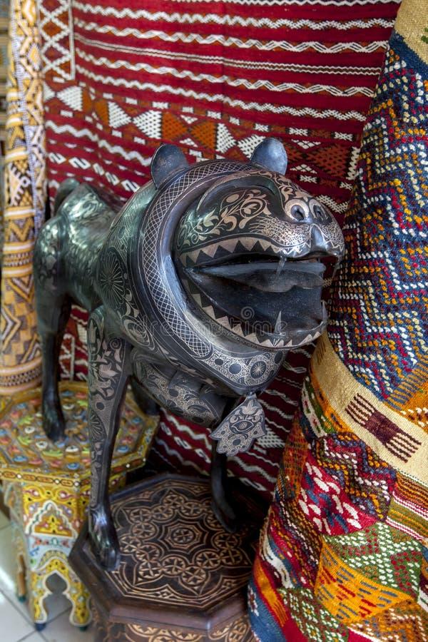 象装饰品的一头异常的狮子与精美板刻待售在一家商店在梅克内斯在摩洛哥 免版税库存照片